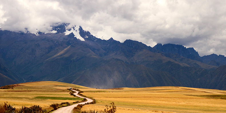 cusco path to the sacred valley